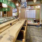 日の出寿司 - カウンターに奥は座敷