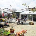 いちごカフェ - 花に囲まれて外の空気が心地よいテラス席