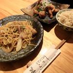 こっく - 料理写真:タイ風焼きそば、唐揚げ(ネギソース)、玄米ご飯