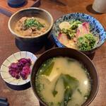 炭屋 串兵衛 - サラダと味噌汁、モツ煮!!