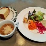130319841 - 具沢山なスープにお代わりOKの自家製フォカッチャ、華やかな前菜盛り合わせサラダ仕立て