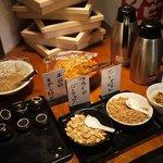 つけ麺 らーめん バカ野郎 - 入り口左側にモヤシのお総菜や、ガーリック・エシャロットなどのトッピング