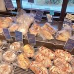 ベーカリー ダンクブロート - 惣菜パンが並びます