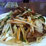 中国台湾料理 王府 - ニラレバ飯横から拡大。大きめのレバーが目立つ。