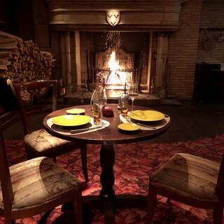 1690年の大きな暖炉の前で贅沢な一時を過ごせるレストラン