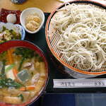 水車家 - はたごそば(¥1570)具だくさんの温かいつけ汁が付いてくる。わさび茎の醤油漬もおいしい