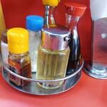 清珉 - 料理写真:卓上の調味料類。