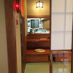 手打ちそばよし田 - 入り口から  厨房が見える