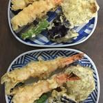 手打ちそばよし田 - 天ざる用の天ぷらを盛りつけ