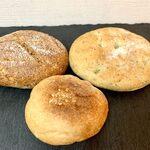 ムール ア・ラ ムール - 左上 ブランオレ 右上 ハーブフォカッチャ 下 ブルーチーズとくるみ
