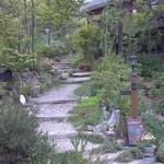 森のパン屋 花穂 - 階段の両脇は手作りの庭♪