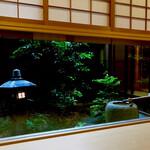 味 ふくしま - 中庭の灯篭と蹲踞