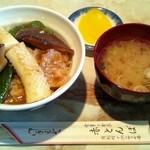 13040312 - とんぼ丼(¥850)。イカ、椎茸、ピーマン、豚肉(?)にみそだれを絡めた丼。
