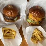 チョッパーズ - 料理写真:クラシックバーガー&チーズバーガー ポテト付き