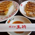 餃子の王将 - 料理写真:餃子(ニンニク入り)は6個220円、ニンニクなしの生姜餃子は6個220円。