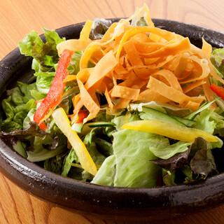 【わんのおもてなし】お通しは『サラダ』、最後に『お味噌汁』