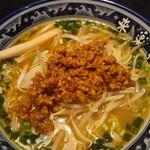 Ramenshokudourairakukenkyoudaiten - 台湾塩。にらが散らばってる。辛さ3で、汗が出るくらい。ひき肉の風味が強く、担々麺に食感は近い。