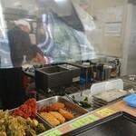 松の屋 - 厨房と各種天ぷら