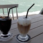 SEA HOUSE - アイスコーヒー(480円)、アイスカフェラテ(560円)