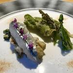 Cheval de Hyotan - サヨリの昆布〆とツブ貝のタルタルマリネと山菜のベニエ