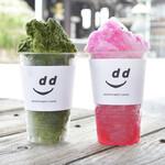 ディアンドデパートメント - 森田氷室さん氷を使用したかき氷。左「宇治抹茶かき氷」、右「赤紫蘇かき氷」。