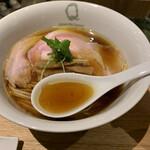130441401 - 綺麗な鶏清湯スープ