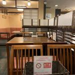 新三浦 - 4人がけテーブル席も横並びオンリーです