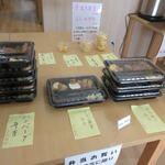 店屋町のでめきん - お弁当はおかずを選ぶとホカホカご飯をその場で詰めてくれるシステムになってました。
