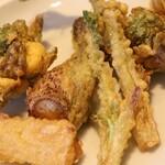 130454624 - 山菜の天ぷらのアップ