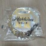 130454834 - マドレーヌは昔懐かしい感じの包装とフォルム