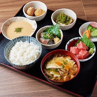 自慢の青森郷土料理を気軽に味わえるランチ&テイクアウト!