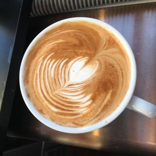 本格的なコーヒーをはじめ、岡山のクラフトビールや地酒も◎