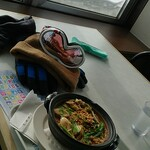 山頂レストラン 朝里ビュー - 名物の担々胡麻鍋と窓からの景色です