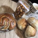 130476426 - コーヒーロール、りんごパン、キャラメルヘーゼルナッツ