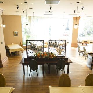 開放的なオシャレな空間で、お好みの料理をお愉しみください