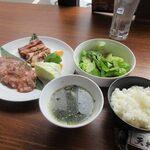 朝まで焼肉 天神 - タン、ハラミのご飯セット1900円。