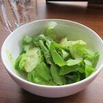 朝まで焼肉 天神 - ご飯セットには野菜サラダも付いて来ました。