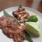朝まで焼肉 天神 - お肉はヘルシーな牛タンとジューシーなハラミのセットで2種類の味を楽しみました。