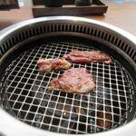 朝まで焼肉 天神 - 焼肉はカウンターの無煙ロースターで焼いていただきます