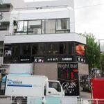 朝まで焼肉 天神 - お店は国体道路沿いのビルの2階にあります