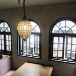 Furansuryouri yaoraryouriten - 特等席の窓側席 素敵な窓枠
