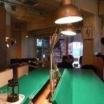 オフィス - 緑の机が目立ちます