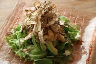 壺川 - 揚げごぼうとアボガドのスモークオイルサラダ