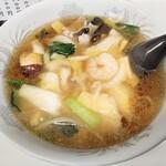 紅蘭 - ウマニメン(あんかけしょうゆ味)750円(税込) 程好くとろみがついたスープに具材たちの旨味が濃縮されており、 塩分取りすぎは良くないと頭では分かっているのに、スープを口に運ぶレンゲが止められません