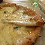130542855 - 4種のチーズのピッツァ(アップ)(2020.4)