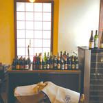 Oval - 店内に入ると、びっしり並んだビールと、ハモンセラーノがお出迎え!