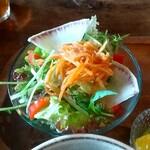 朴 - 自家製ドレッシングのサラダ
