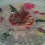 モナリザ 恵比寿店 - 突き出しは花がきれいなかつおのスモーク、何だか楽しげですよね