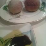 モナリザ 恵比寿店 - まずはパンは2つ、ライ麦パンにはロゴが入ってる。オリーブオイルにバルサミコと黒こしょうも。