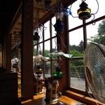 珈琲の店 らんぷ - 窓際にもランプがいっぱい